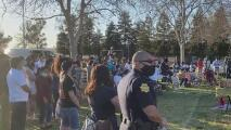 Centenar de personas llegan a honrar la memoria de vendedor ambulante asesinado en Fresno