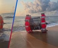 Hombre llega flotando en un artefacto a playa de Florida y asusta a visitantes