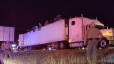 Cuatro menores sin acompañantes fueron hallados en un tráiler con 82 indocumentados más en Texas