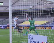 ¡Otra vez Gudiño salva a Chivas! Manotazo para impedirle el gol a Álvarez