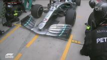 ¡Arriesgada maniobra en los boxes de Mercedes!