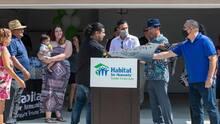 Familia desplazada de Madera recibe llaves a su primera vivienda
