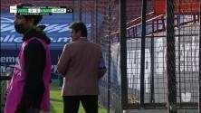 ¡Expulsión! El árbitro saca la roja directa a Luis Felipe Gallegos Silva.
