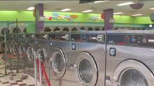 La iniciativa que busca que padres de familia lean con sus hijos mientras lavan ropa