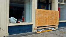 Comerciantes de Nueva York están sellando las puertas y ventanas como método de precaución en medio de la crisis