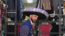 Jomari Goyso terminó vestido de charro al visitar el clóset más grande del mundo de las novelas
