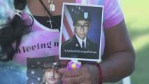 En emotiva vigilia, familiares y amigos piden justicia para el soldado hispano Enrique Román Martínez