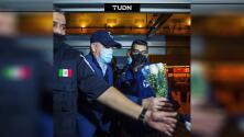 'Vasco' Aguirre fue recibido con flores a su llegara a Monterrey