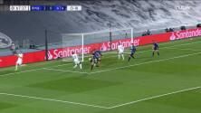 ¡CERCA! Karim Benzema disparó que se estrella en el poste.