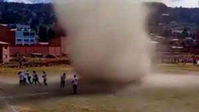 Así es como se forman los remolinos de polvo como el que interrumpió un partido de fútbol en Bolivia