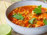 Sopa de verduras con pollo y chile guajillo (saludable)