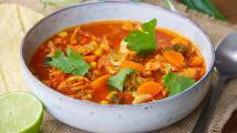 Sopa de verduras con pollo y chile guajillo ¡reconfortante y completa!