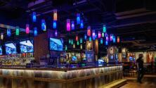 """""""Es hora de regresar a la normalidad"""": comunidad en Nueva York celebra el fin del toque de queda en bares y restaurantes"""