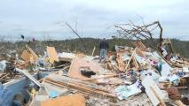 Perdió su casa y pertenencias en un tornado, pero buscando entre los escombros recuperó a sus mascotas