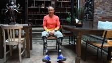 Falló cuatro veces, perdió sus piernas, pero este alpinista amputado conquistó el Everest a los 69 años
