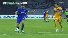 ¡Cerca 'Cabecita'! Salcedo se recupera de milagro e impide el gol