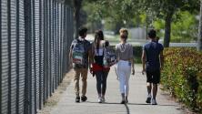 Estudiantes de Chicago vuelven a las escuelas en medio de la polémica por mascarillas y riesgos del covid-19