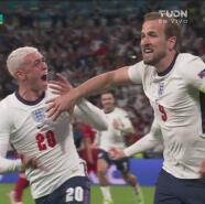 ¡Drama! Schmeichel tapa el penal, pero Kane anota en el rebote
