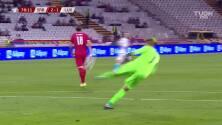 ¡TIRO ATAJADO! disparo por Aleksandar Mitrovic.