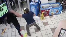 El momento en que un veterano de la Marina desarmó a un asaltante y evitó un robo en una gasolinera