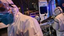 """""""Le ves la preocupación en los ojos"""": enfermera que ha visto morir a decenas de pacientes por el coronavirus"""