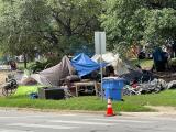 Autoridades limpian campamento de indigentes al este de Austin