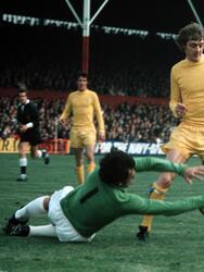 Por la jornada 34 del Championship, el Stoke City recibirá al Aston Villa y aprovechará para rendirle un homenaje al fallecido Gordon Banks. El portero inglés, además de ser un histórico de la selección de los Tres Leones, dejó un legado imborrable en 'The Potters' con su ya legendario jersey verde que vestirá Jack Butland.