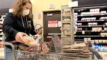 Limitan la venta de papel higiénico: rebrote del coronavirus está impulsando las llamadas compras de pánico