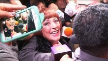 Sylvia Pasquel le huye a la prensa entre empujones, preguntas ignoradas y una puerta de carro que por poco no abre