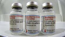 Expertos de FDA se mantienen neutrales ante solicitud de Moderna de refuerzo de su vacuna contra el covid-19
