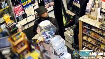A punta de rifle y cuchillo asaltan tienda en el Bronx para robar 3,000 dólares y 7 cajas de cigarrillos