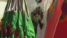 Con bailes, música y vendiendo artículos patrios, así celebran en La Villita el Día de Independencia de México