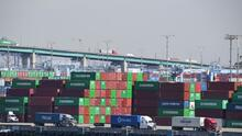 Gobierno de Biden anuncia medidas para agilizar la distribución de suministros en los principales puertos del país