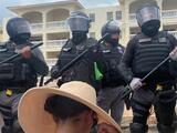 Policías jalan por el pelo a una manifestante durante protesta en Rincón