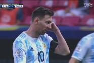 ¡El Gigante contra La Pulga! Messi le gana a Mina con un sutil ochito