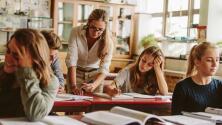 Según DeVos, las aulas grandes favorecen a los estudiantes, pero décadas de investigaciones dicen lo contrario