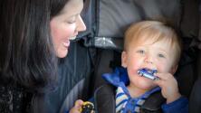 Una mujer adopta un recién nacido después de conocer a su madre biológica en un vuelo