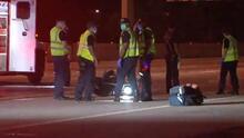Mujer camina en medio de la 610 al sur de Houston y es atropellada por una moto