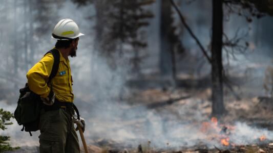 El incendio más grande que arde en EEUU desafía los esfuerzos para controlarlo