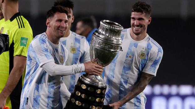 Messi rompe en llanto al mostrar la Copa América a la afición