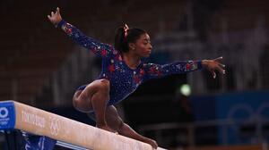 Regresa Simone Biles: Competirá en la barra de equilibrio