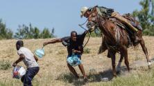 """""""Se veían látigos"""": Imágenes de agentes fronterizos persiguiendo inmigrantes haitianos causan indignación"""