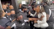 Fanáticos protestan en apoyo a Kyrie Irving, de los Nets, que se niega a vacunarse