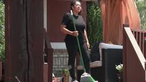 'Lady Moose', la hispana que se viralizó intentando alejar a un alce con una escoba en Park City