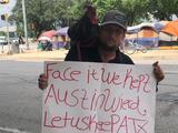 """""""Quiero vivir libre"""": Indigente con gallina por mascota protesta por la prohibición de acampar"""