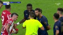 ¡Expulsión! El árbitro saca la roja directa a Chancel Mbemba.