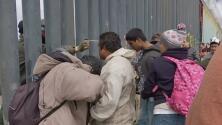 El momento en que agente de la Patrulla Fronteriza rocía gas lacrimógeno en el rostro de migrantes