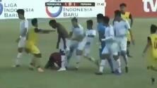 Continúa la violencia en el fútbol: árbitro es golpeado salvajemente en pleno partido