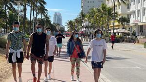 Condados en Florida restituyen el uso obligatorio de mascarillas, ¿contradicen al gobernador Ron DeSantis?