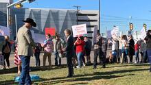 Empleados protestan afuera de las instalaciones de Southwest Airlines en Dallas